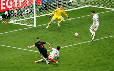 След миг битата от хърватина Перишич топка ще срещне гредата на английската врата. СНИМКА: РОЙТЕРС