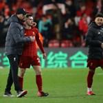 """Мениджърът на """"Ливърпул"""" Юрген Клоп успокоява Андрю Робертсън след загубата."""