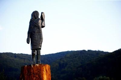 Нова статуя на Мелания Тръмп бе открита в Словения, където е родена първата дама на САЩ СНИМКИ: Ройтерс