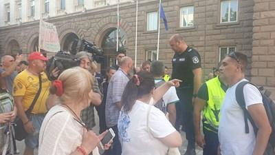 Протестиращи гонят ръководството на ИТН и кандидат-премиера по улиците