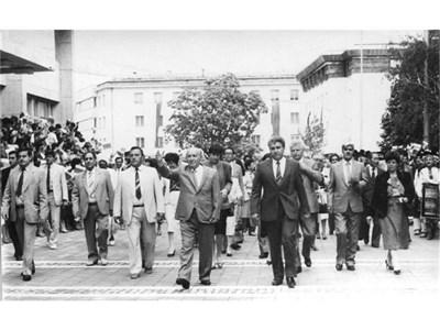 Дипломатическият корпус, предвождан от Живков, по улиците на Ловеч през 1986 г.