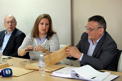 Председателят на журито Петър Диков отваря плика с имената на фирмите, които участваха в конкурса. СНИМКА: Румяна Тонeва