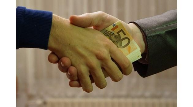 Служителят на НАП, хванат с подкуп, поискал по-лека мярка