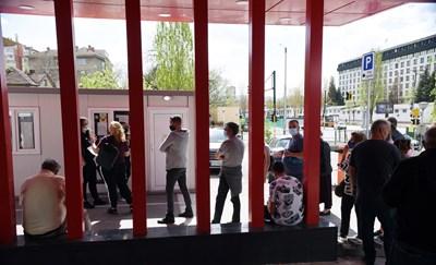 Желаещи да се ваксинират чакаха до края на работното време на пунктовете.   СНИМКА: Велислав Николов