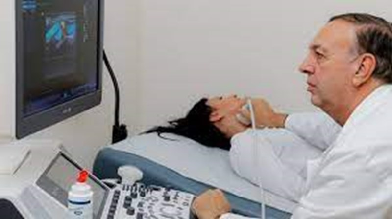 Проф. Гроздински преглежда бременна с ултразвуков апарат