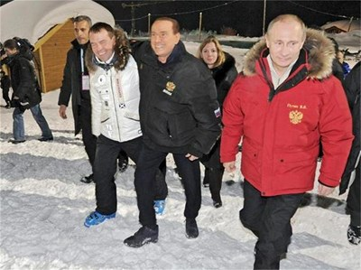 Премиерът Владимир Путин и президентът Дмитрий Медведев разхождат бившия италиански премиер Силвио Берлускони в новия ски курорт Красная поляна край Сочи.  СНИМКА: РОЙТЕРС
