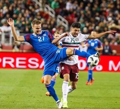 И в националния отбор  Холмар играе със синя фланелка. Снимка: фейсбук на Холмар Ейолфсон