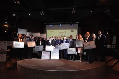 """Ректори и представители на 25-те български университета, които са първи в професионални направления според рейтинговата система на висшите училища, бяха отличени на церемония на """"24 часа"""". Те получиха специални табели. Церемонията събра академичния елит, министри, кметове, представители на бизнеса. Така """"24 часа"""" и Министерството на образованието и науката направиха видими резултатите от най-смисленото състезание в сферата на духа и интелекта - рейтинга на университетите. СНИМКА: НИК"""