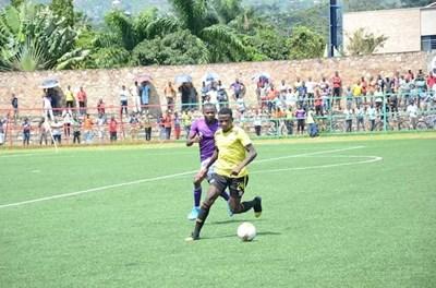 """На стадионите в Бурунди дори има и публика на мачовете. В момента играят лидерът """"Льо Месажер дьо Нгози"""" (в жълто) и """"Витал'О""""."""