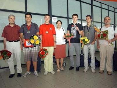 Момчетата от отбора по информатика бяха посрещнати като герои на летище София. Румен Христов от Шумен (втори отляво) спечели второ индивидуално място. СНИМКА: ГЕРГАНА ВУТОВА