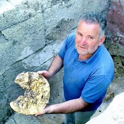 Доц. Костадин Кисьов с една от знаменитите си находки край Чернозем - златен нагръдник.