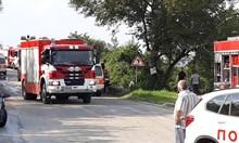 Пожарна се обърна в дере и затисна трима огнеборци, единият загинал