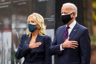 Джо Байдън и съпругата му Джил присъстват на честването на Деня на ветераните във Филаделфия.   СНИМКА: РОЙТЕРС