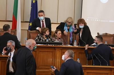 Суматоха около председателската трибуна в 45-ото НС, оглавено от Ива Митева. Политическата какофония сега се очертава още по-голяма.   СНИМКА: НИКОЛАЙ ЛИТОВ