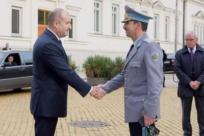 16 октомври 2020 г. Президентът Румен Радев се ръкува с командващия ВВС ген. Димитър Петров. Само след ден Петров се оказва с положителен PCR тест. Снимка: Фейсбук/ВВС