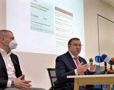 """Здравният министър проф. Костадин Ангелов и Ивайло Филипов, шеф на """"Информационно обслужване"""", представиха е-регистъра за записване на час за ваксина.  СНИМКА: РУМЯНА ТОНЕВА"""