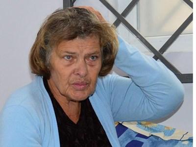 Ивана показва къде е била ударена преди време. Според нея сред този удар е загубила паметта си. СНИМКА: Елена Фотева