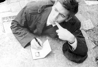 Георги Марков пише легнал на паветата.