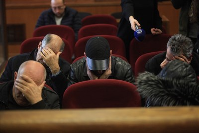 Петимата обвинени крият лицата си от фоторепортери в зала №5 в специализирания съд. СНИМКИ: РУМЯНА ТОНЕВА