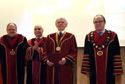 Председателят на БАН акад. Юлиан Ревалски връчи почетната титла на проф. Муру.