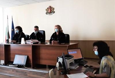 Заседанието по делото се проведе чрез видеоконферентна връзка между ареста, където се намираше обвиняемият и съдебната зала.