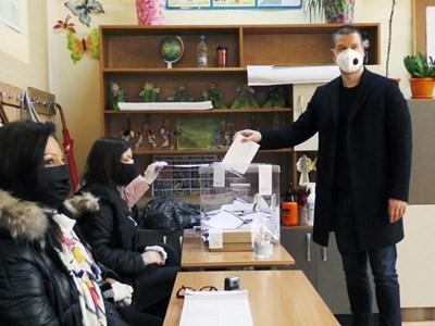 Технически проблем попречи днес на кмета на Стара Загора Живко Тодоров да гласува машинно и се наложи да го направи по традиционния начин - чрез хартиена бюлетина.  СНИМКА: Ваньо Стоилов