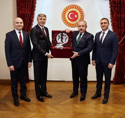 Карадайъ приема дар от ДПС от Мустафа Шентоп, който е председател на Народното събрание в Турция. СНИМКА: ДПС