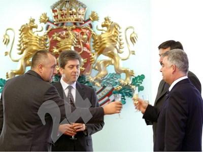 """Първанов, Борисов и ген. Киров (вдясно) заедно под прясно инсталирания герб в официалната зала на """"Дондуков"""" 2. Сега някои са просто бушони в инсталацията."""