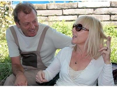 """Ирен Кривошиева и Лесли Грантам отдъхват между снимките на """"Английският съсед"""". СНИМКИ: РЕНЕТА ПОПОВА"""