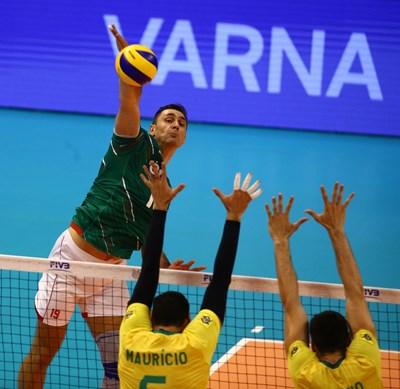 Соколов забива през бразилската блокада за една от 19-те си точки. Снимки: FIVB