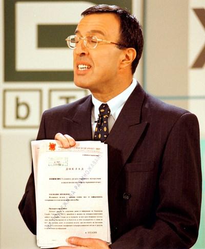 Петър Стоянов  показва Доклад 226 в студиото на  Би Ти Ви, където се провежда  предизборен  кандидат-президентски  дебат с Богомил Бонев -  5  ноември 2001 г.  СНИМКА: ДЕСИСЛАВА  КУЛЕЛИЕВА