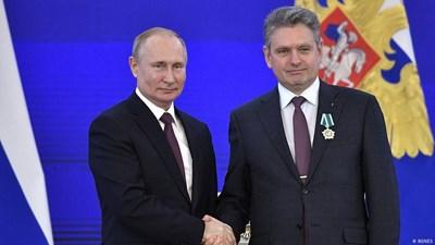 Николай Малинов пътува до Москва, където Путин го награди с орден. По-късно САЩ сложиха черен печат на съдията, който му разреши да излезе зад граница.