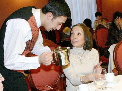 Доня Маргарита е известна с изтънчените си маниери. Въпреки че тук всички пият кафе, в духа на английските традиции тя обича да посещава следобедни сбирки, придружени с чаша чай.  СНИМКА: БУЛФОТО