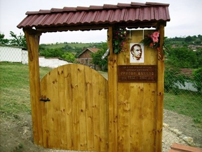 Това е чудната порта, направена от кмета пред родния дом на Григор Вачков. СНИМКА: АРХИВ