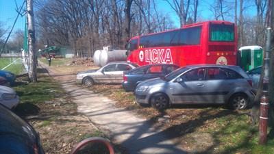 Зад автобуса, който караше децата от школата, се виждат и два от големите бойлери, които се продават. Снимка: АВТОРЪТ