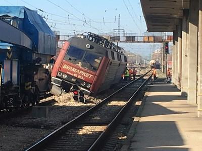 Дерайлиралият локомотив в Пловдив е теглил композицията в Хитрино.  СНИМКИ: АВТОРЪТ