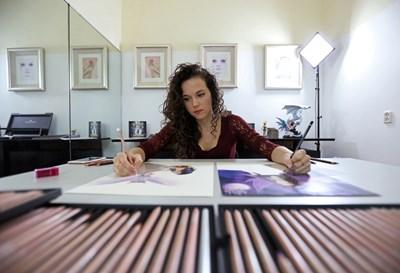 25-годишната холандка рисува портрети и с двете ръце едновременно  СНИМКИ: Ройтерс