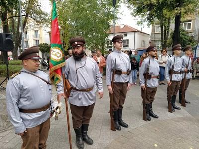 """Комитет """"Родолюбие"""", начело с председателя Веселин Петков /вляво/ пресъздадоха атмосферата в качеството им на войници от бившия 9-ти пехотен пловдивски полк. Снимки: Авторът"""