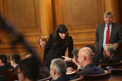 Най-младата депутатка Теодора Халачева от БСП разговаря с колеги в пленарната зала. СНИМКА: Йордан Симeонов
