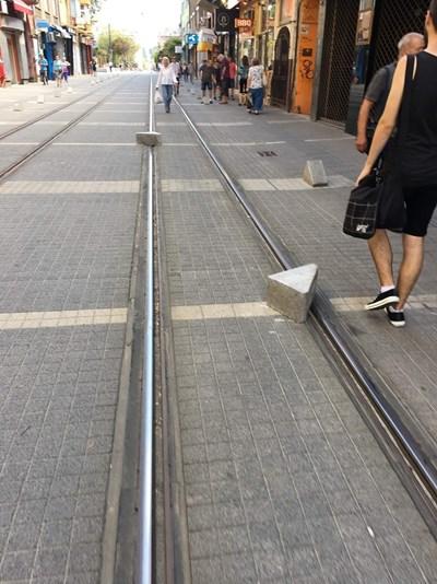 """Перките бяха захвърлени на трамвайните релси от разгневения мъж.  СНИМКА: ФЕЙСБУК ГРУПА """"ЗАБЕЛЯЗАНО В СОФИЯ"""""""