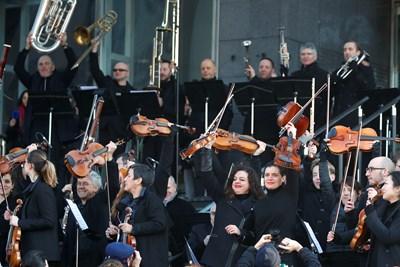 """Музикантите изсвириха откъси от оперите """"Кармен"""" и """"Ромео и Жулиета"""" пред хората, събрали се пред Операта """"Бастилия"""". Снимка РОЙТЕРС"""