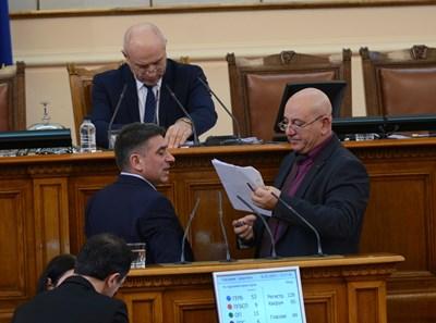 Шефът на комисията за борба със сивата икономика Емил Димитров и Данаил Кирилов - шеф на правната, се консултираха в движение по време на дебатите за закона за горивата. СНИМКА: Снимка: Йордан Симеонов
