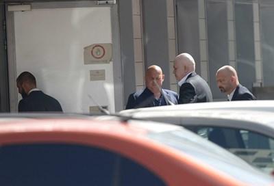 Слави Трифонов пристигна малко преди 14 часа. СНИМКА: Десислава Кулелиева