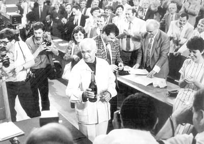 Звездният миг на 7-ия велик парламент: доайенът Йосиф Петров отваря бутилка шампанско в чест на приетата нова конституция на Република България.