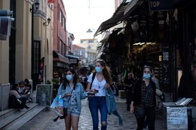 Жители на Атина се движат с маски по улиците.