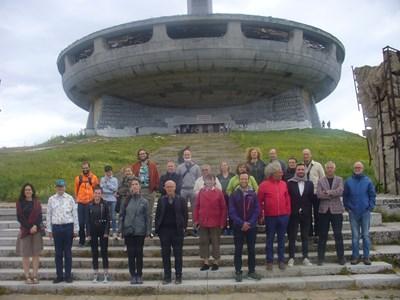 Участниците в международната конференция за следвоенното архитектурно наследство се качиха до Чинията на Бузлуджа.  СНИМКА: Ваньо Стоилов