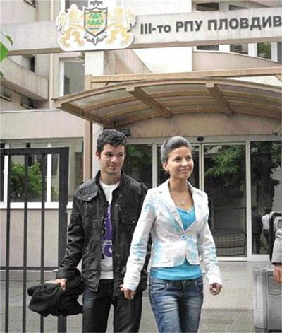 Таня Майсторова днес даде показания с приятеля си Милен в Трето РУП. Утре й предстои очна ставка за разпознаване на таксиста, опитал се да я отвлече, ако не му плати 30 лв. за курс от 2 км. СНИМКА: Наташа Манева