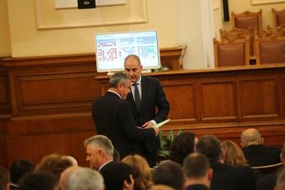 Цветан Цветанов и Валери Симеонов уточняват детайли по рамката на бъдещото управление в центъра на пленарната зала. СНИМКА: Йордан Симeонов