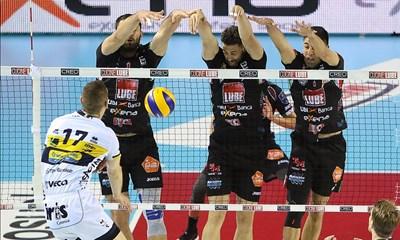 Соколов (крайният вляво) блокира атаката на Тине Урнаут по време на драматичния мач от полуфиналите в Италия.