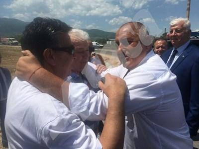 Борисов в тройна прегръдка съсс Зума и Атанас Узунов СНИМКА: Авторът СНИМКА: 24 часа